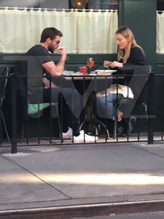 Liam Hemsworth supera su divorcio con Miley Cyrus, y se besa en la calle con su nueva novia, Maddison Brown; pareja comiendo en restaurante