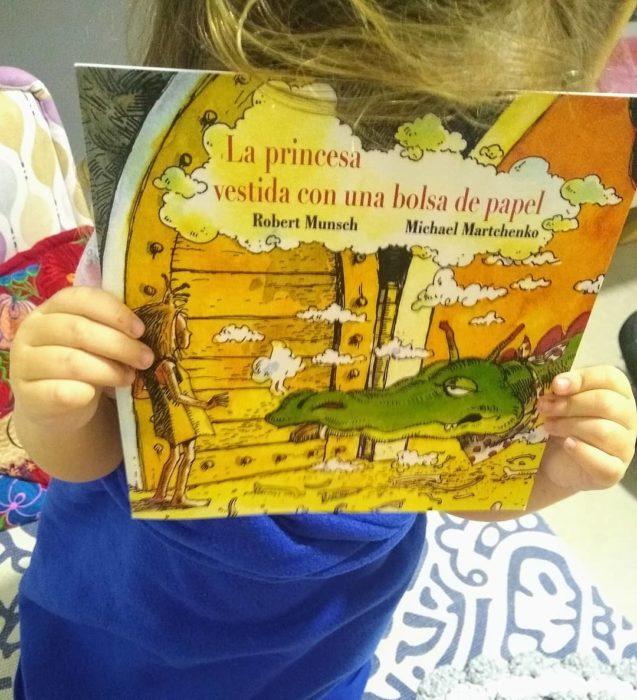 Portada del libro La princesa vestida con una bolsa de papel