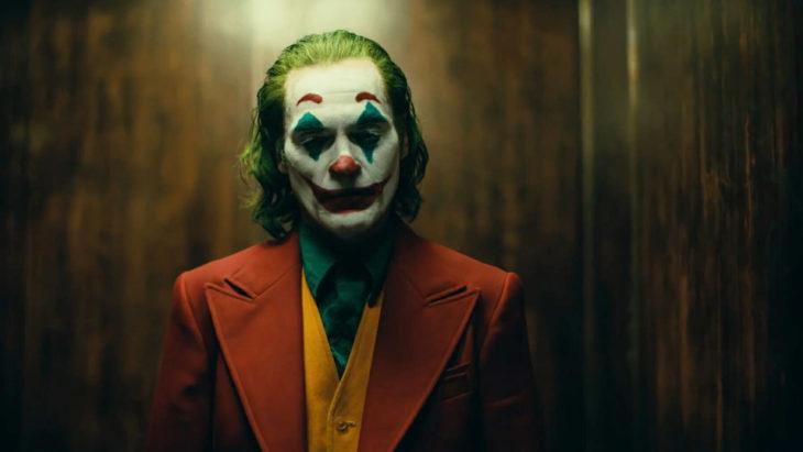Escena de la película Joker en la que el payaso aparece triste