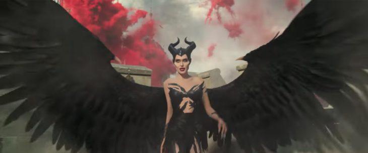 Escena de la película Maléfica: dueña del mal, personaje abriendo sus alas