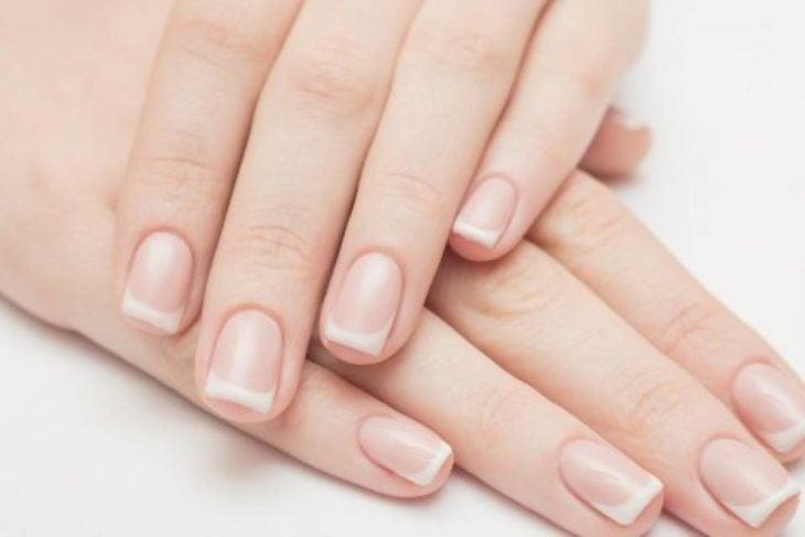 Mãos longas, unhas quadradas design francês