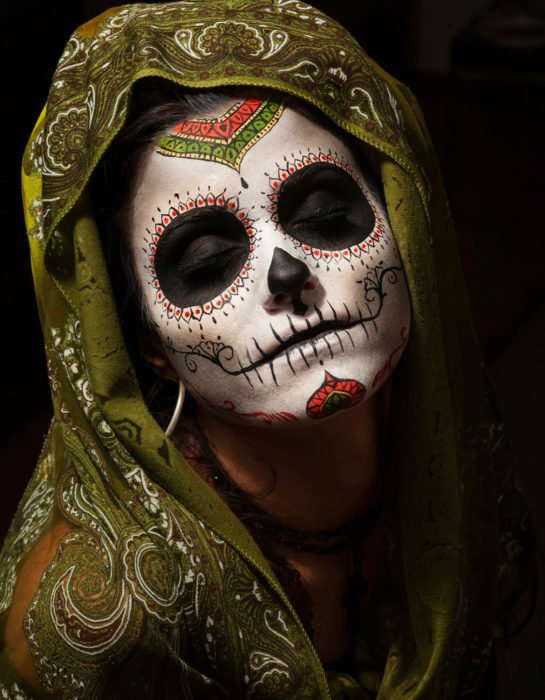 Maquillaje tradicional de Catrina de Día de Muertos con rebozo verde