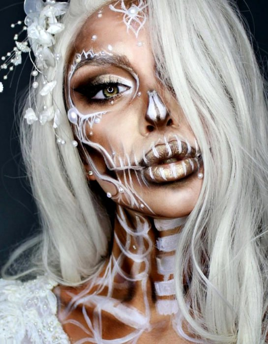 Maquillaje moderno de Catrina blanco con adornos de perlas, cabello canoso, ojos verdes