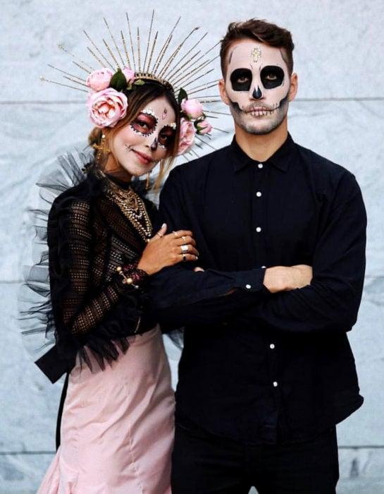 Maquillaje moderno de Catrina de Día de Muertos; pareja de novios disfrazada de calavera