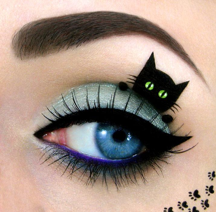 Maquillaje de ojos de Halloween; sombra azul y gato negro