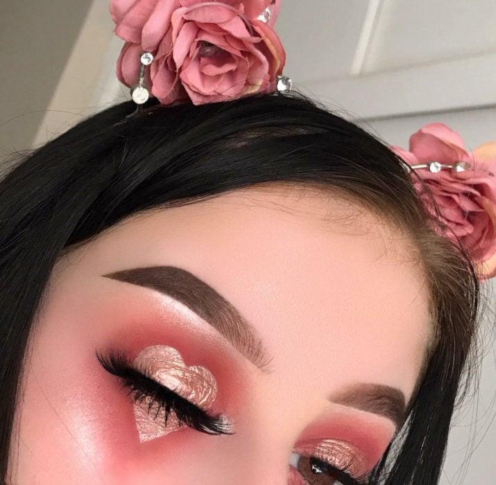 Maquillaje de ojos de Halloween; sombra rosa en forma de corazón con glitter