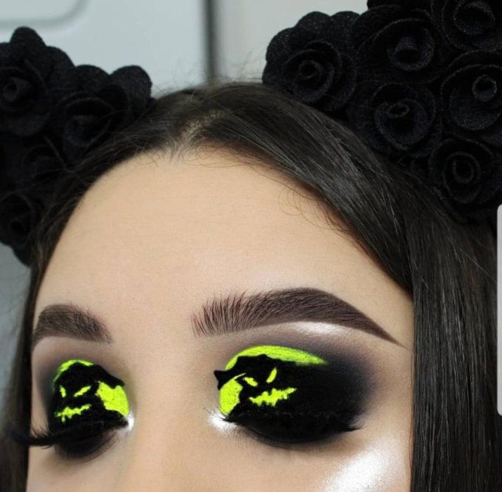 Maquillaje de ojos de Halloween; sombra negra con amarillo fosforescente de Oogie Boogie de El extraño mundo de Jack