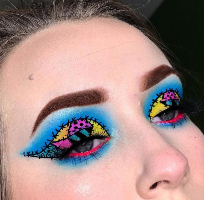 Maquillaje de ojos de Halloween; sombra azul, rosa y amarilla de Sally de El extraño Mundo de Jack