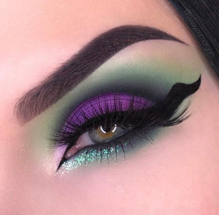 Maquillaje de ojos de Halloween; sombra verde y morada con cat eye de cuerno, Maléfica de La bella durmiente