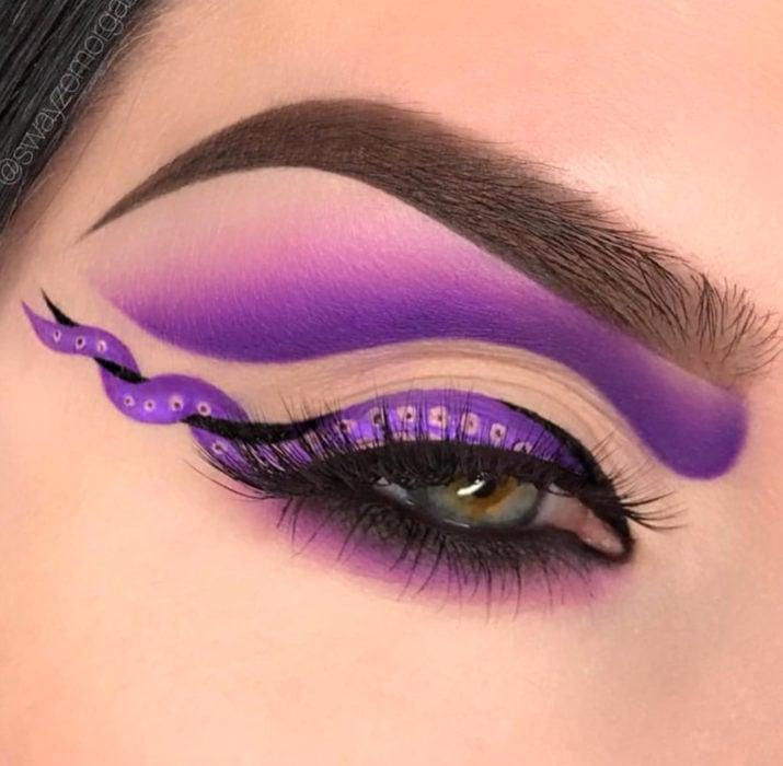 Maquillaje de ojos de Halloween; sombra morada con delineado de tentáculos de Úrsula de La Sirenita