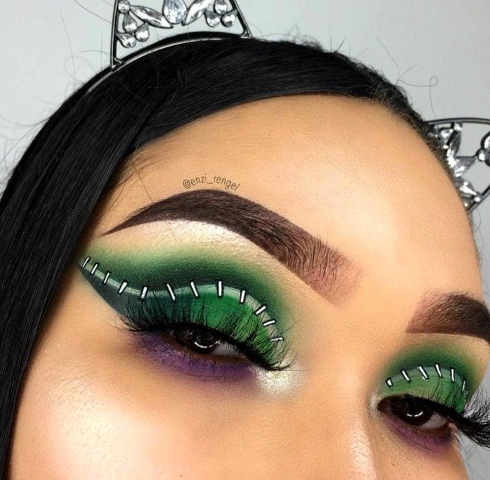 Maquillaje de ojos de Halloween; sombra verde con morado con costuras de zombie