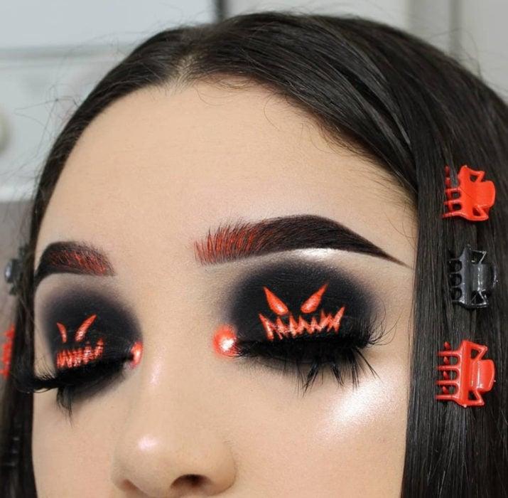 Maquillaje de ojos de Halloween; sombra negra y anaranjada con calabazas decoradas