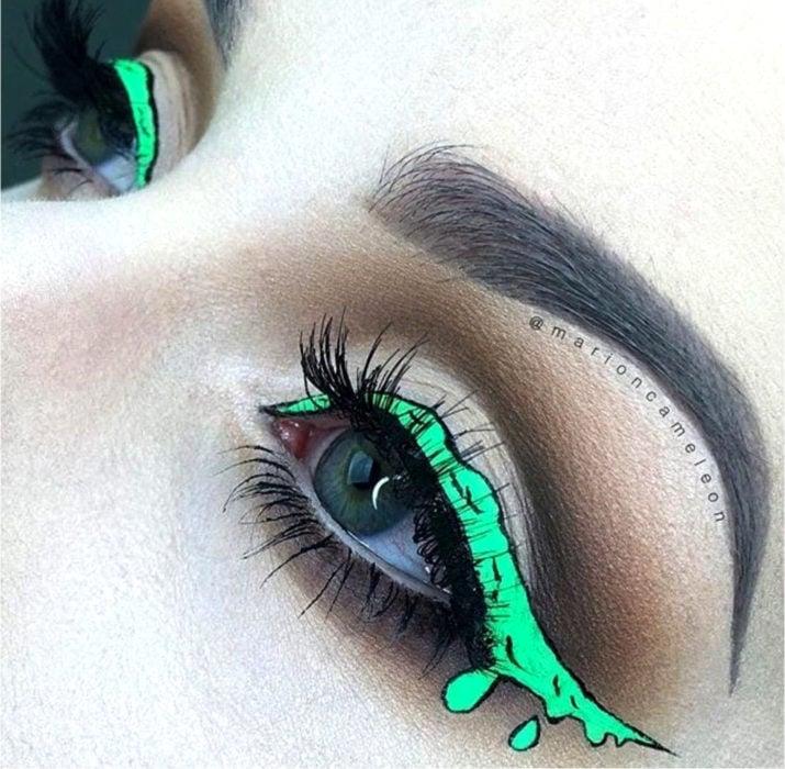 Maquillaje de ojos de Halloween; sombra verde fosforescente, delineado en forma de sustancia radiactiva