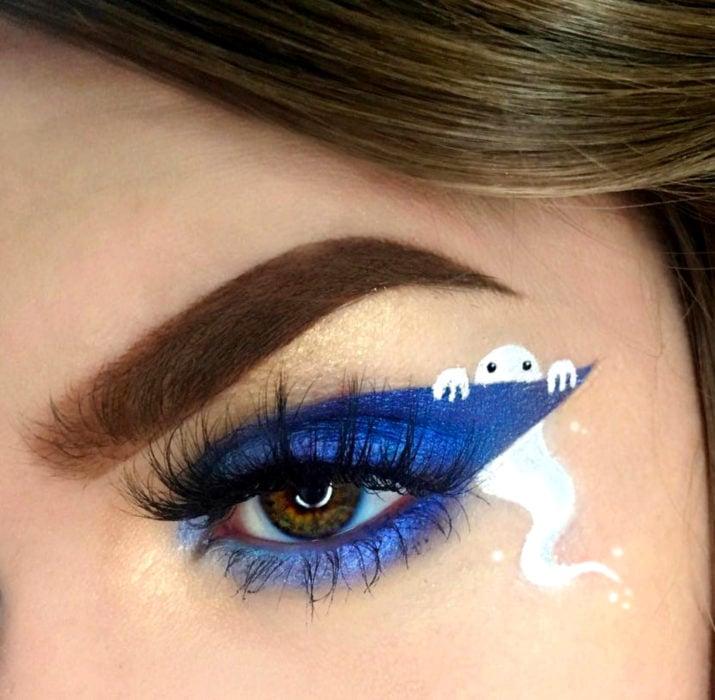 Maquillaje de ojos de Halloween; sombra azul eléctrico con fantasma