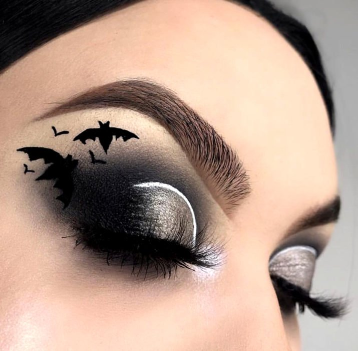 Maquillaje de ojos de Halloween; sombra negra con murciélagos