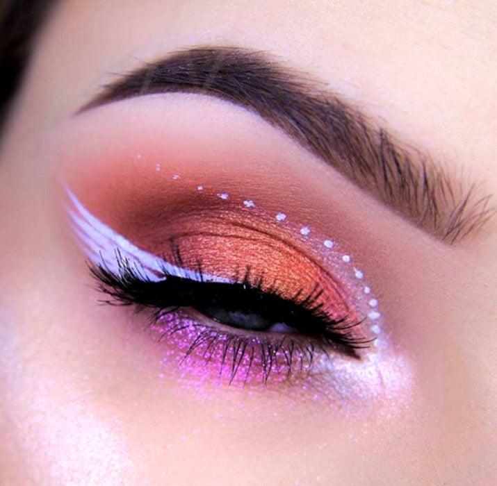 Maquillaje de ojos de Halloween; sombra rosa y rose gold con cat eye de ala de ángel