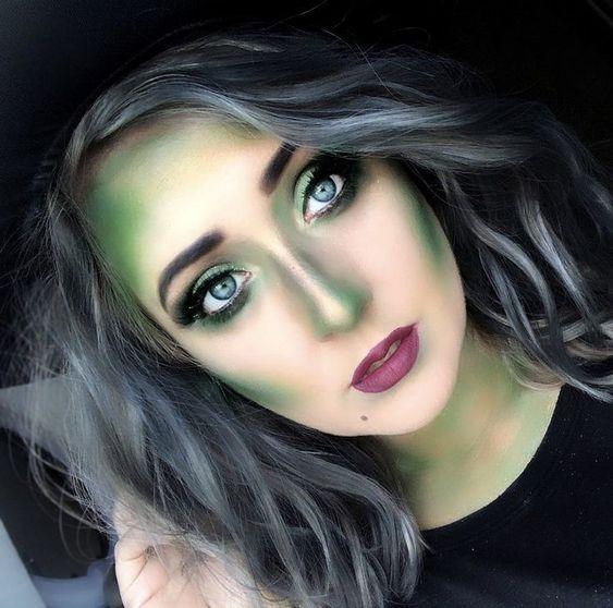 Chica con maquillaje de bruja en tonos verdes