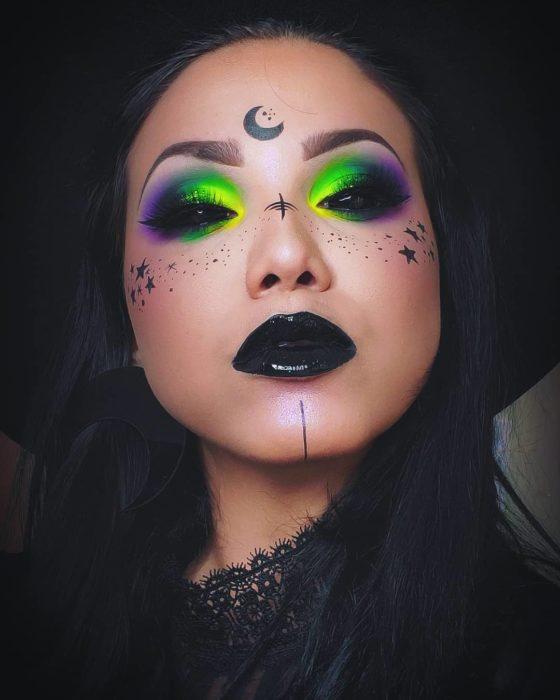 Chica con maquillaje estilo holograma simulando una bruja moderna