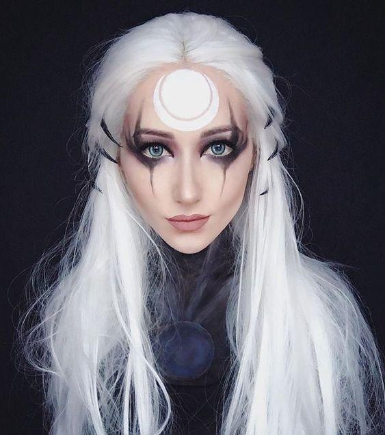 Chica con maquillaje en blanco y negro inspirado en brujas