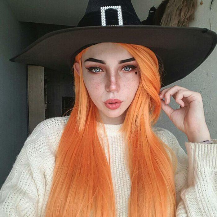 Chica con maquillaje ligero simulando ser una bruja