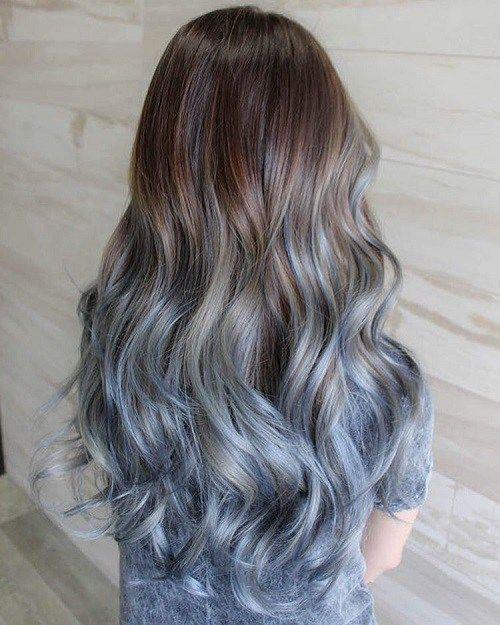 Chica de espaldas mostrando su cabello con mechas azul cielo