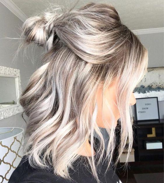 Chica de perfil mostrando sus mechas rubias
