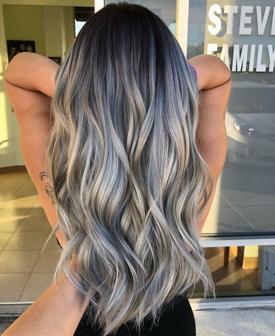 Chica con cabello rubio platinado y mechas en azul