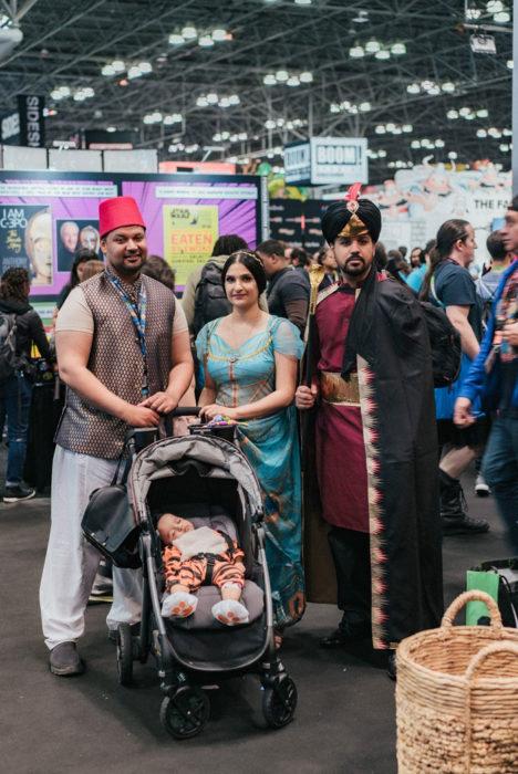 Familia disfrazada como personajes de Aladdin en New York Comic Con 2019