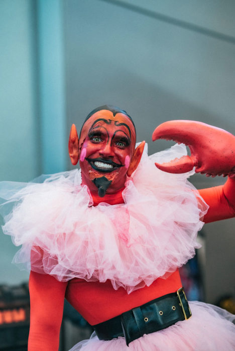 Hombre disfrazado de Él en New York Comic Con 2019