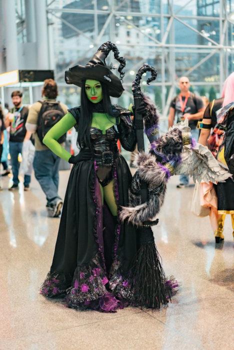 Mujer disfrazada de bruja en en New York Comic Con 2019
