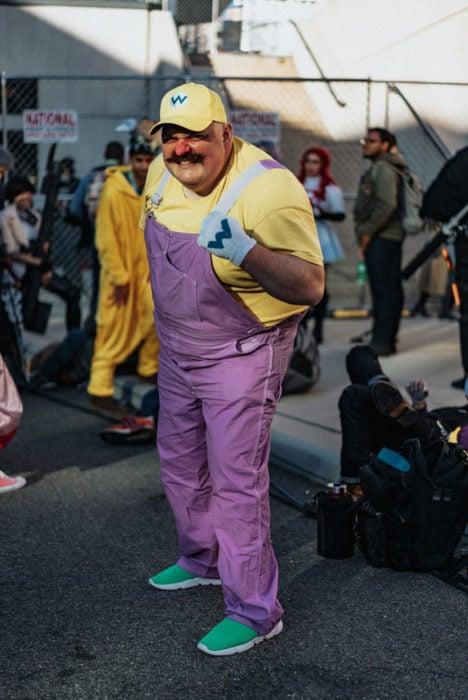 Hombre disfrazado del enemigo de Mario Bros en New York Comic Con 2019