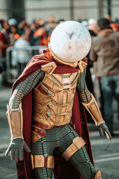 Chico disfrazado de Misterio en New York Comic Con 2019