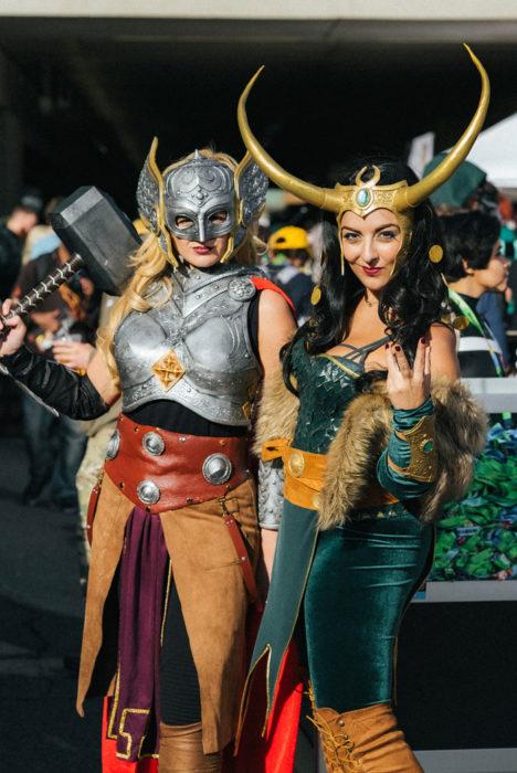 Chicas disfrazadas de Thor y Loki en New York Comic Con 2019
