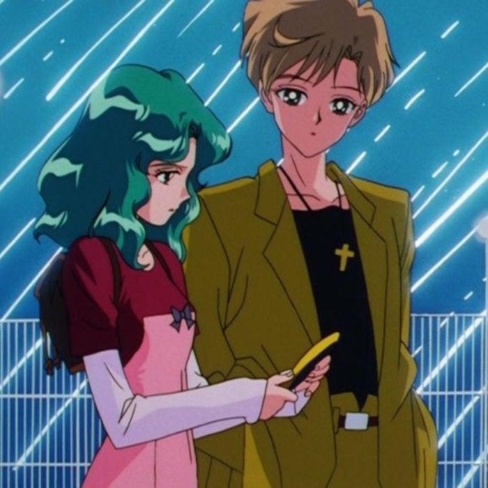 Moda de Sailor Moon; Michiru, Haruka, Urano, Neptuno, vestida con traje color mostaza, vestido rosa con rojo