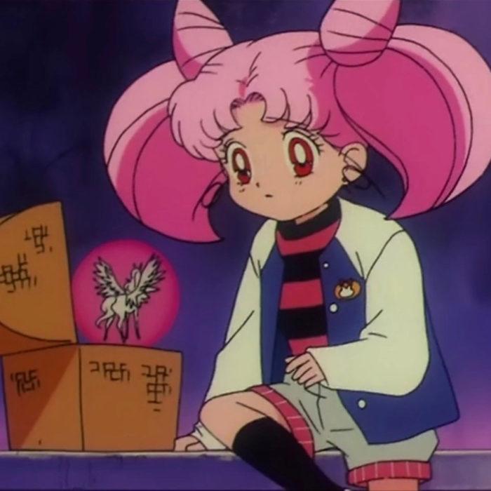 Moda de Sailor Moon; Chibimoon con blusa de rayas negras y rojas, short y chamarra deportiva, hablando con su pegaso