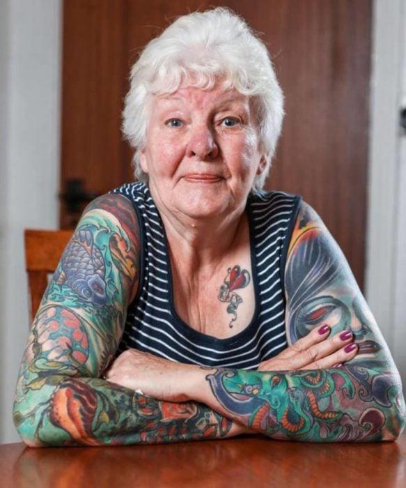 Mujer anciana con tatuajes
