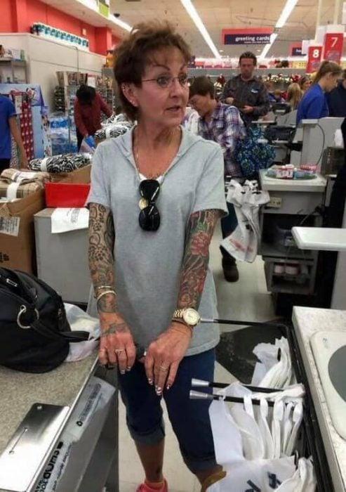 Mujer con brazos tatuados 1