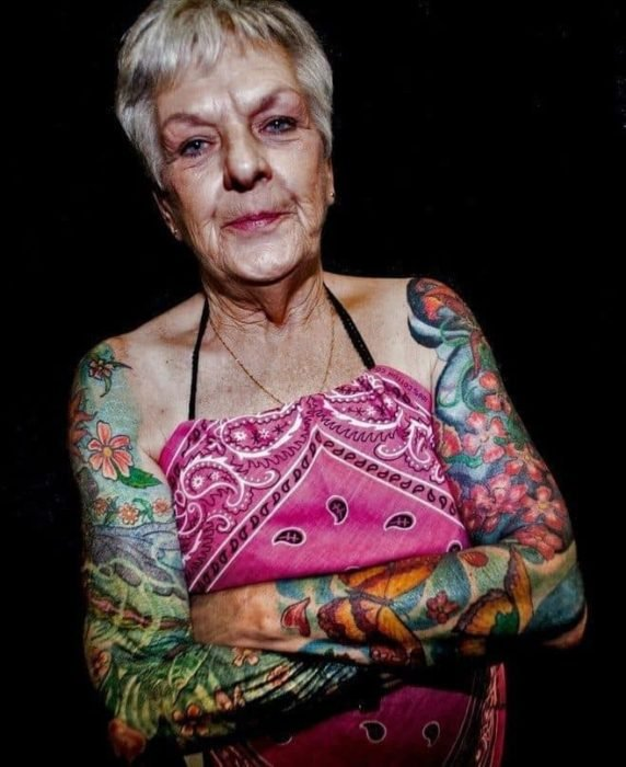 Mujer con brazos tatuados