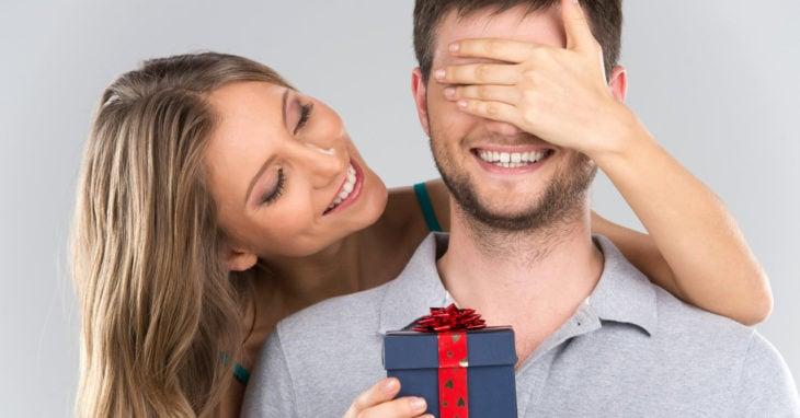 Mujer dándole regalo a hombre