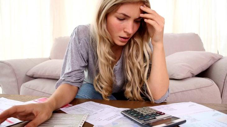 Mujer estresada con las cuentas