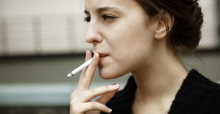 Mujer fumando un cigarrillo
