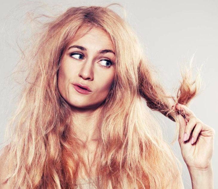 Mujer rubia con cabello maltratado