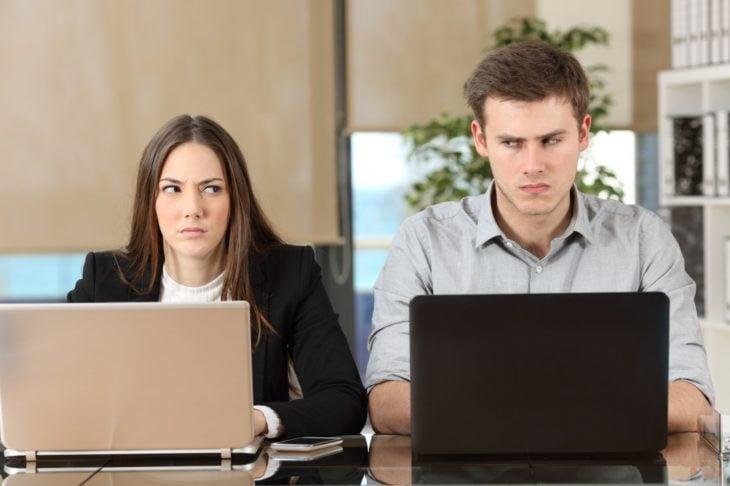 Mujer y hombre con laptop en la oficina