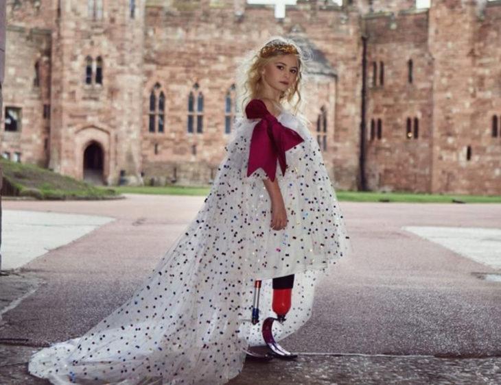 Daisy May Demetre, niña con protesis en sus piernas, posando para una sesión de fotos de una marca de moda
