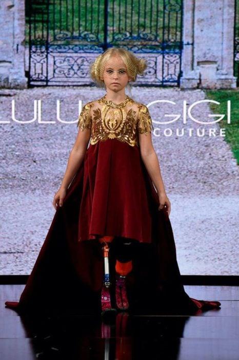 Daisy May Demetre caminando por la pasarela de la semana de la moda de Nueva York