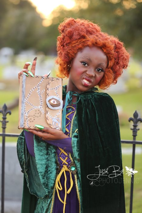 Niña disfrazada de Winifred Sanderson de la película de brujas Hocus Pocus para Halloween