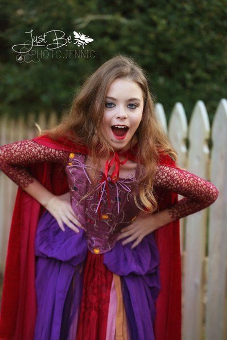 Niña disfrazada de Sarah Sanderson de la película de brujas Hocus Pocus para Halloween