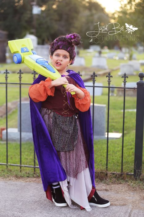 Niña disfrazada de Mary Sanderson de la película de brujas Hocus Pocus para Halloween