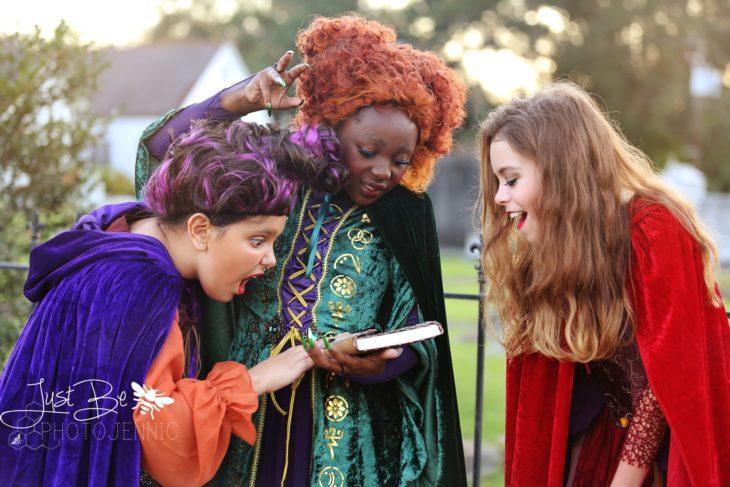 Niñas disfrazadas de la película de brujas Hocus Pocus para Halloween; Winifred, Sarah y Mary Sanderson