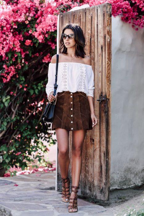 Outfit falda café y blusa blanca